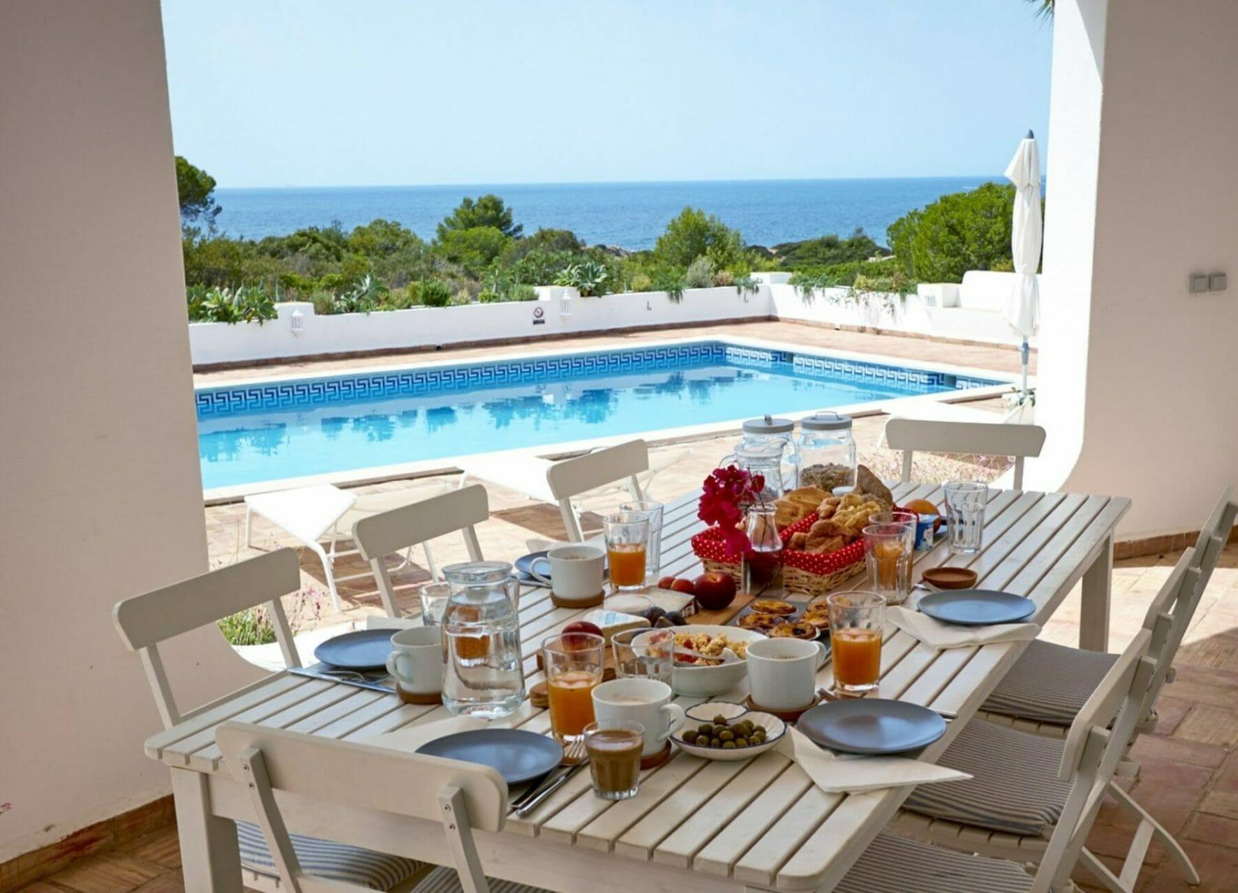 Gedeckter Tisch mit Frühstück und Meerblick über Pool