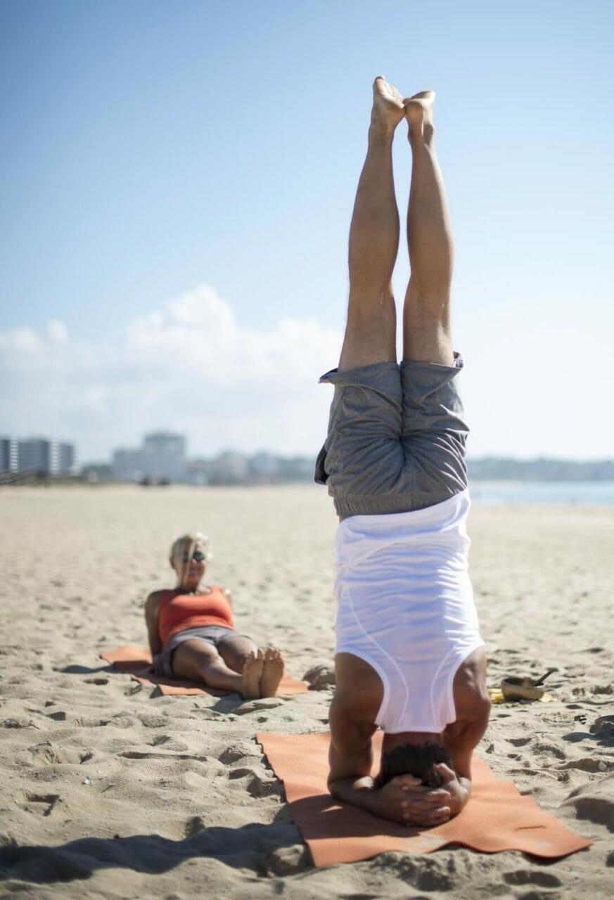 Yoga Reisen mit Steffi und Oliver Kopfstand am Strand
