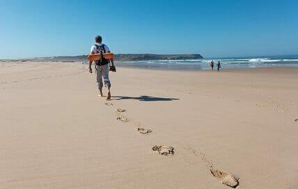 Yoga und Wandern am Meer