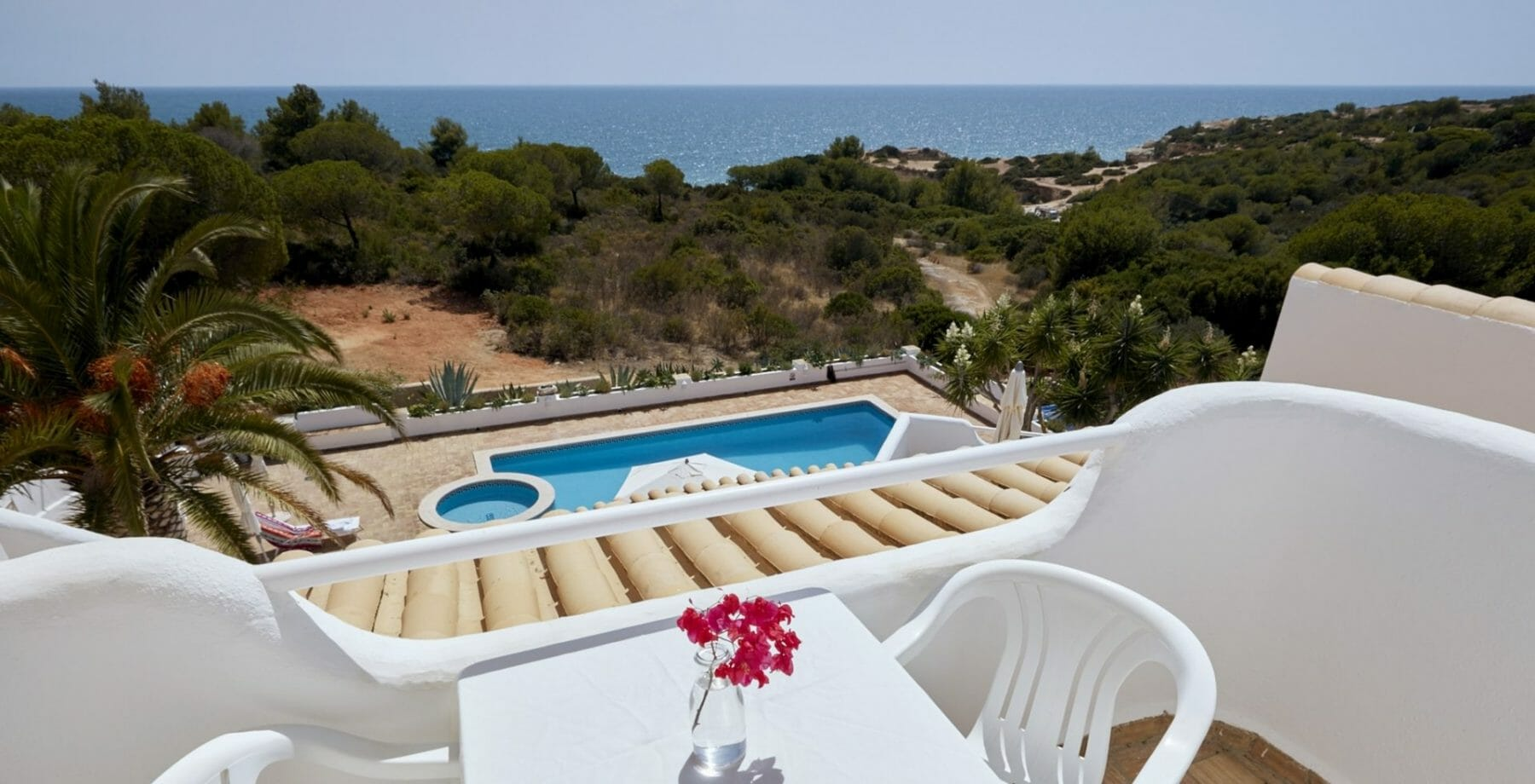Aussicht Meerblickvilla aus von über Pool und grüne Klippen auf den Atlantik